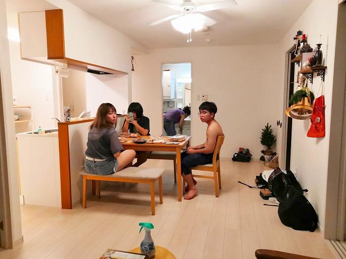 沖縄県金武町屋嘉「スノーボールコンドミニアム」黄色のミセス スノーボール棟のリビングルーム