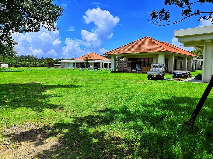 金武町 ネイチャーみらい館 芝生のゾーンが「交流広場」