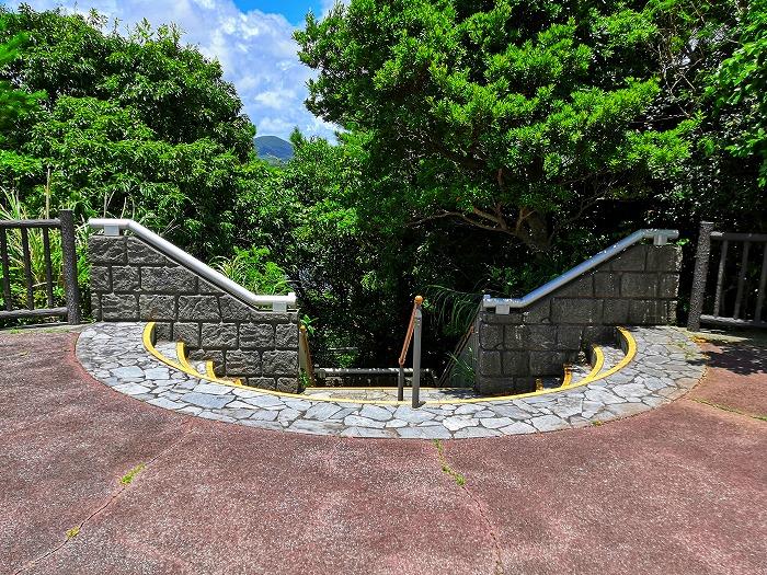 沖縄県宜野座村 漢那ダム展望台からダムまで降りる階段