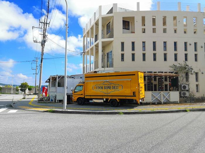 与那原町 沖縄女子短期大学 正門向かいの「Cook bone Deli」