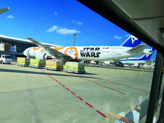 成田空港の駐機場のスターウォーズペイントのANA機