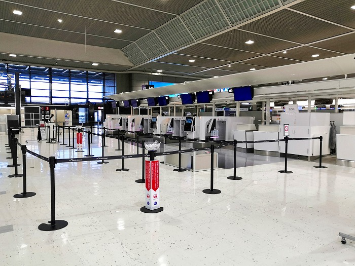 コロナ禍の成田国際空港 第2ターミナル3階出発ロビー航空会社カウンター