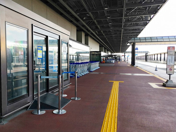 コロナ禍の成田国際空港 第2ターミナル3階出発ロビーの屋外