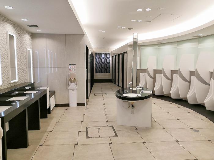 コロナ禍の成田国際空港 第2ターミナル3階出発ロビーの男子トイレ