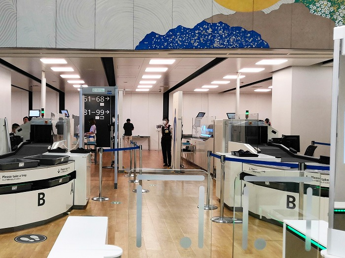 成田国際空港 第2ターミナル3階 手荷物検査通過後の廊下
