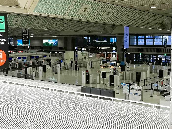 コロナ禍の成田国際空港 第2ターミナル4階レストランとショップのフロアから見た3階出発ロビー