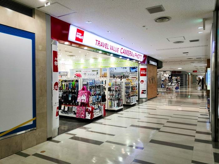 コロナ禍の成田国際空港 第2ターミナル4階レストランとショップのフロア「カメラのキタムラ」