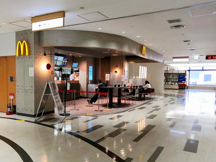 コロナ禍の成田国際空港 第2ターミナル4階レストランとショップのフロア「マクドナルド」