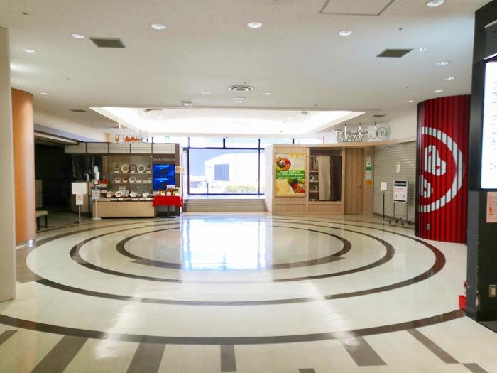 コロナ禍の成田国際空港 第2ターミナル4階レストランとショップのフロア