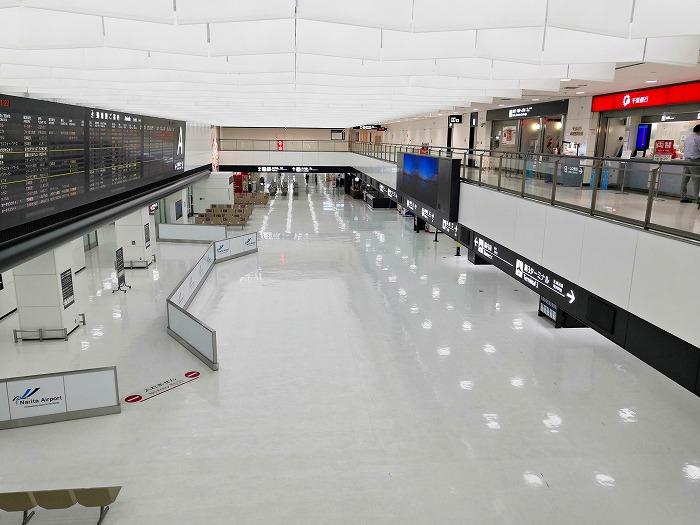 コロナ禍の成田国際空港 第2ターミナル2階吹き抜けから見た1階