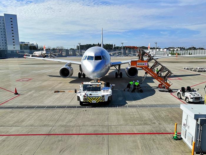 成田国際空港 第3ターミナル サテライト搭乗待合室の外で整備を受ける機体